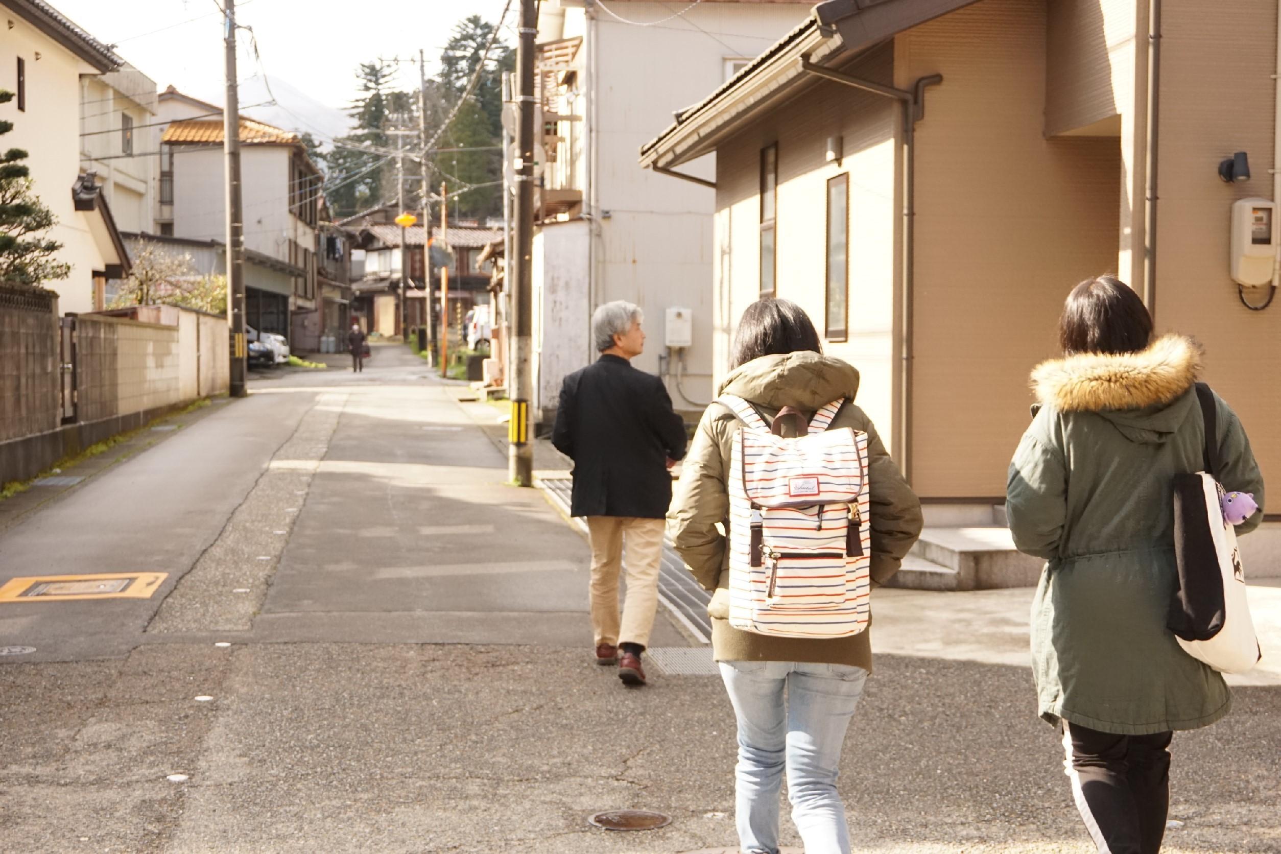 加賀市内を案内している様子