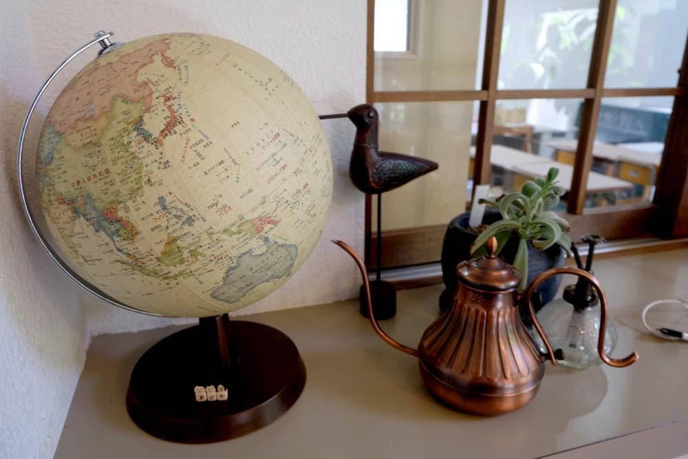 内観の飾り、地球儀