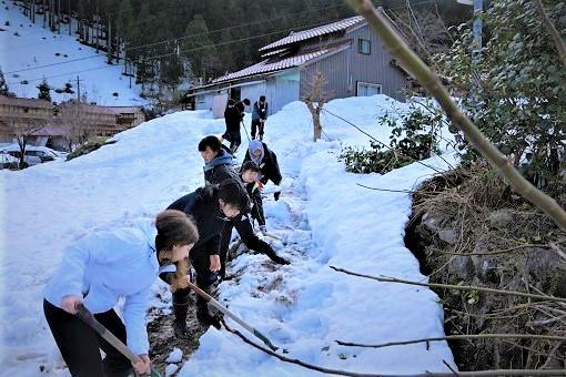 雪上にいる子ども達