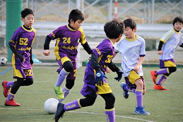 子ども達がサッカーをしている様子
