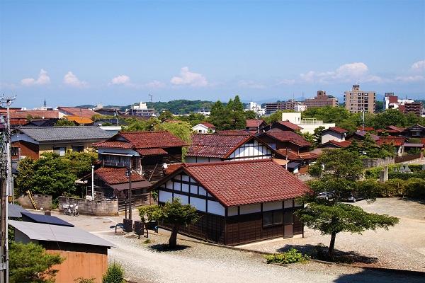 家がいくつか並んでいる通りにある寺院群