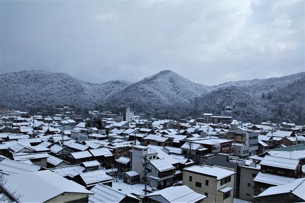家と雪と空